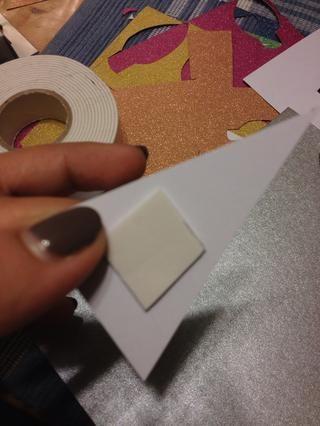 La cinta tiene un lado adhesivo y un lado cubierto. Coloque el lado adhesivo en la corte.