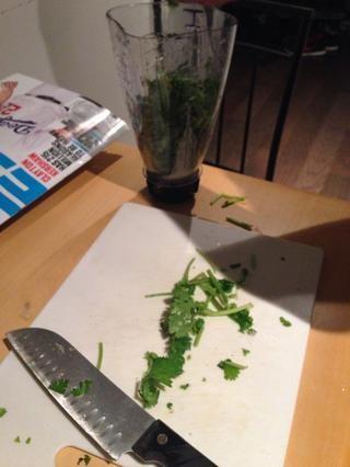 Si su isn licuadora't high power it helps to chop up cilantro
