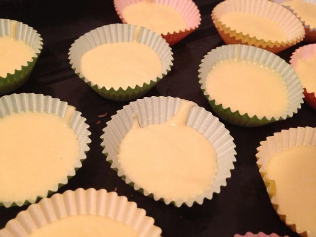 Llenar cajas de la magdalena y hornear durante 20 minutos, hasta que se ven doradas.