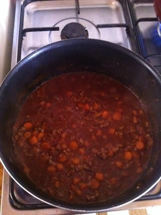 Añadir la carne, asegúrese de que's browned, then add tomatoes, tomato paste, stock and the herbs. Add salt and pepper to taste