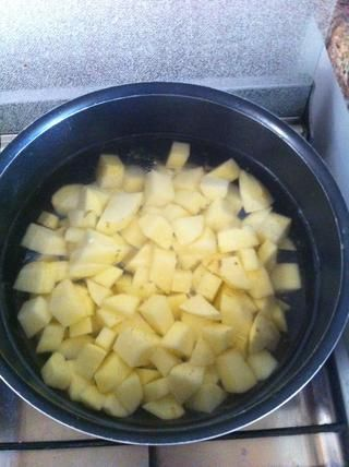 Mientras tanto, hervir las papas hasta que estén blandas, ad sal al gusto si es necesario