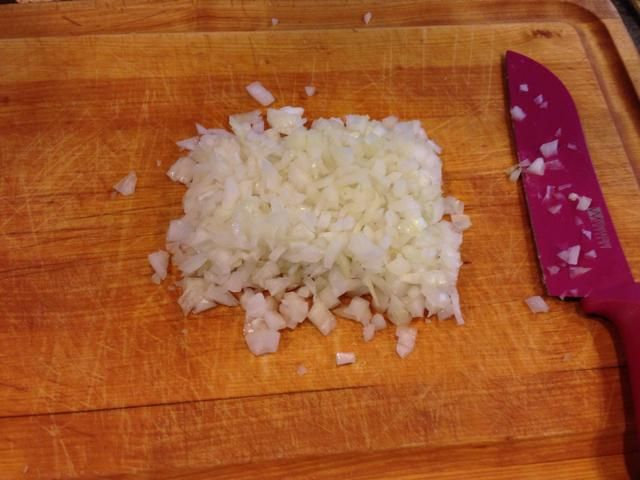 Dados la cebolla en cuadraditos