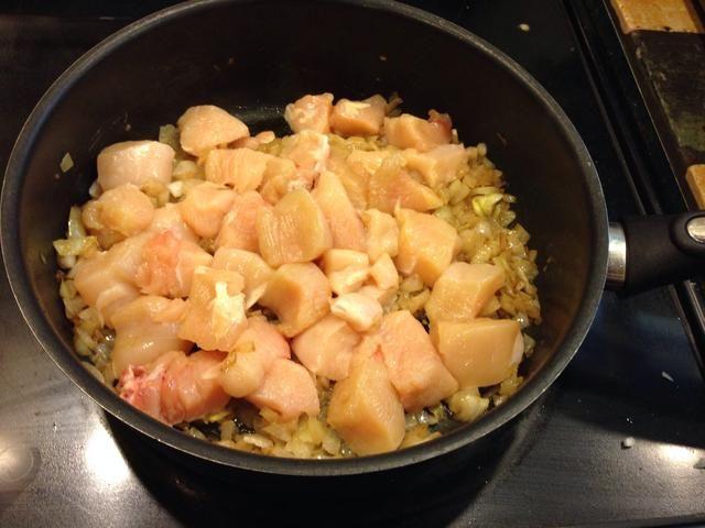 Agregue el pollo, cocinar pollo y saltee las cebollas hasta que estén transparentes