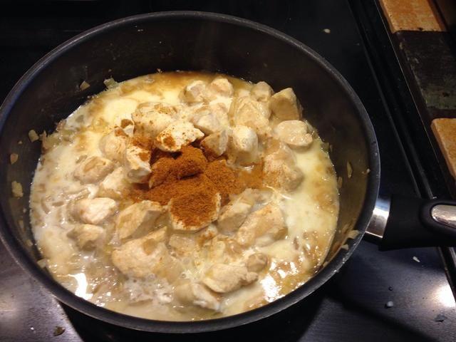 Agregue la crema, el agua y el curry. Utilice en cualquier lugar de 1 / 2-1 cucharada dependiendo de su La semejanza.