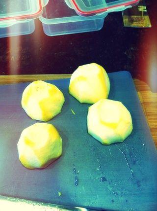 Cortar los limones por la mitad. Cada taza de limonada tendrá la mitad de un limón en ella.