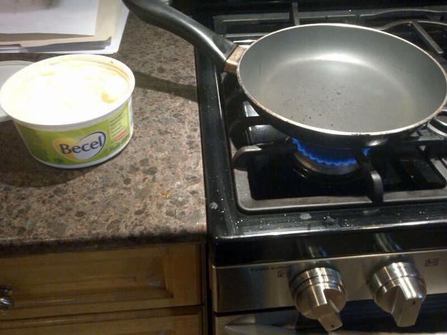 Tener una sartén listo con la margarina a fuego medio