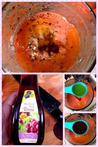 Mezcla los 4 ingredientes. Agregue el vinagre de vino tinto, aceite de oliva, sal y pimienta en la mezcla. Mezcle hasta smoothened.