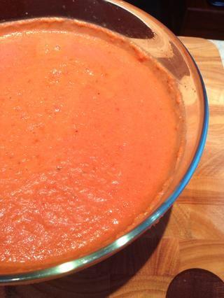 Cubra la sopa fría con film transparente y colocar en la nevera para relajarse durante una hora o dos.