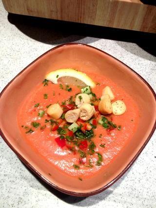 Después de una hora, servir la sopa fría y adornar con pimiento, pepino, pan frito, menta, perejil y rodaja de limón. Servir inmediatamente