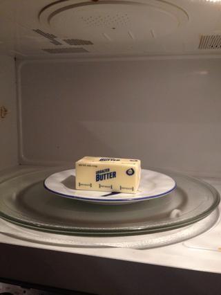 Obtenga su mantequilla ablandada en el microondas durante 8 segundos a la vez, cambiando un par de veces para suavizar, pero no fundidos.