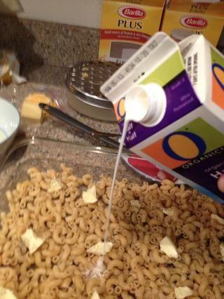 A continuación, agregue una tercera parte de su medio y medio, verterlo todo en la pasta.