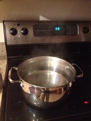 Llene una olla con agua y fijar el quemador a lo alto para conseguir que el agua hierva.