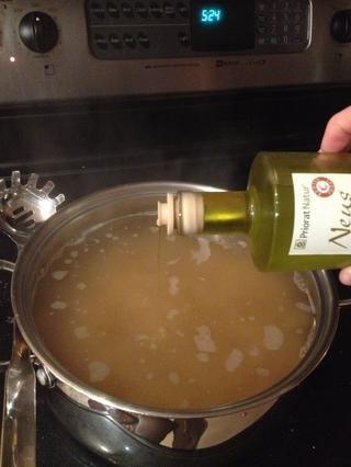 Añadir un poco de aceite de oliva para ayudar a los fideos que no se agrupan.