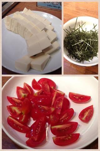 Cortar los tomates cherry en cuartos. Cortar el tofu blanco en cubos y establecer algas lado fina en un recipiente (para adornar después)