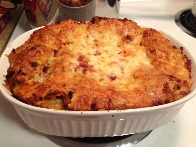 La capa superior debe ser la salsa y la última capa de queso. Hornear en horno sin tapar durante 45 min. Quite el plato del horno y dejar enfriar durante 5 minutos por lo que puede espesar. Cortar en cuadrados y servir con ensalada.