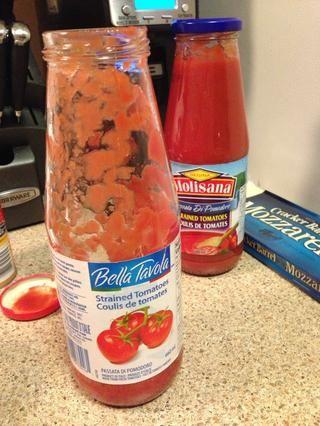 Puede usar los tomates tensas o trituradas para su lasaña dependiendo de su preferencia. En este ejemplo'm using strained.