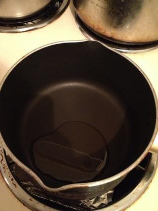 Hacer la tortilla mientras naan se calienta. Añadir un poco de aceite