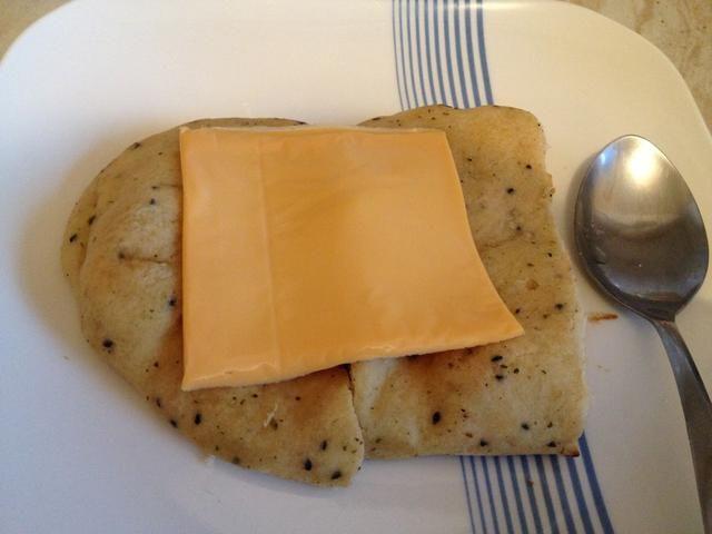 Cuando se tuesta pan, añadir una rodaja de queso encima y dejar que el calor derrite él!