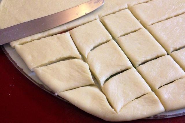 Transfiera la masa a una bandeja de horno bien engrasada y colocar en un horno precalentado a 180 ° C.