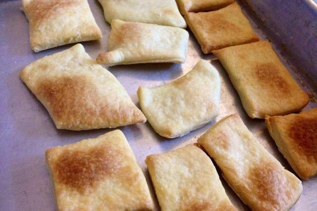 Hornear durante unos 15 minutos, o hasta que las galletas son crujientes luego retire del horno.