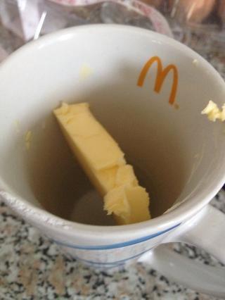 Añadir una barra de mantequilla en una taza y derretir en el microondas, este doesn't take long at all :)