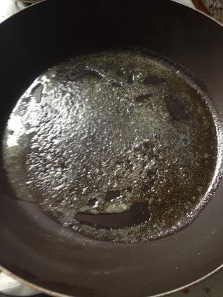 En un fuego medio-alto, calentar la sartén antes de añadir un poco de mantequilla, que'll know the pan is hot enough when the butter starts to sizzle.