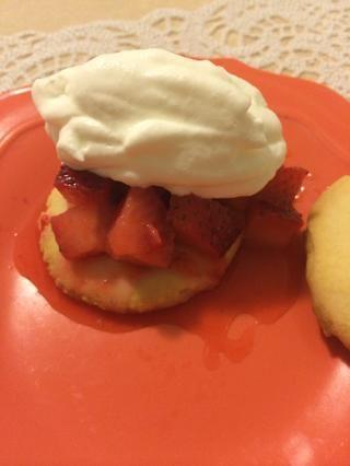 Colocar en galleta de mantequilla, cubra con crema batida