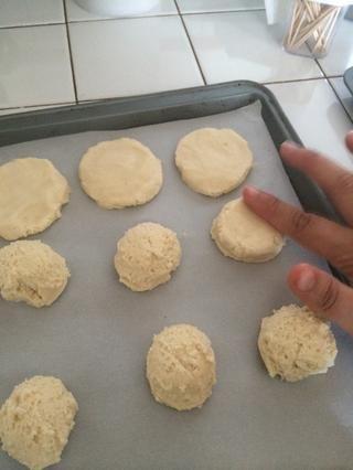 Acoplar en un círculo - las galletas don't spread much, so can be spaced about an inch apart