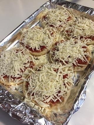 Añadir una generosa cubierta de queso mozzarella a cada uno