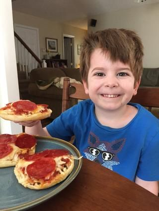 Me encantan estas cosas porque're easy to make and my kids love them. Plus, you can customize them with whatever toppings you like. How great is that?!