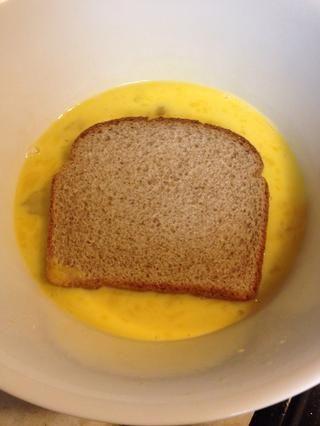 Remojar el pan en los huevos