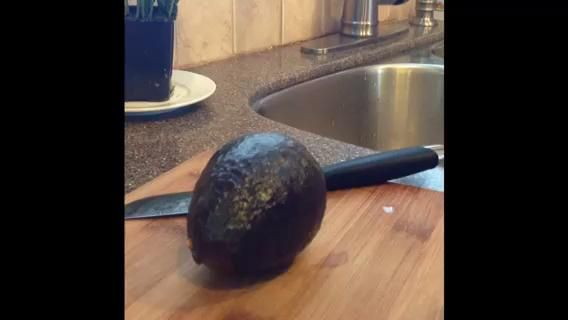 aquí's how to cut an avocado (I butchered them until I watched a similar video).