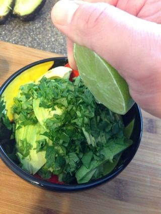 Añadir el jugo de limón y revuelva. Hago romper las rebanadas de aguacate un poco por dejar intactos (de nuevo, no es un fan tenía guacamole blanda).