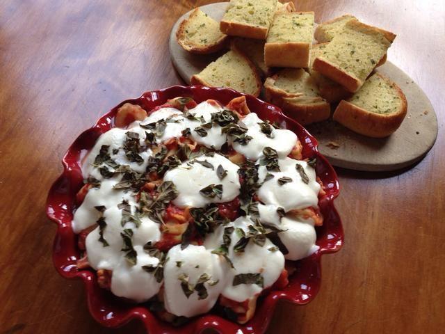 Retirar del horno y servir inmediatamente. Pares bien con una hogaza de pan de ajo crujiente.