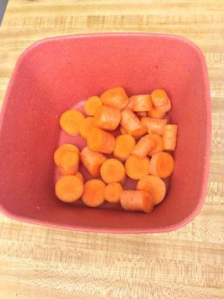 Alrededor de cortar la zanahoria.
