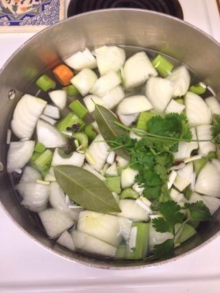 Añadir al agua fría con especias.