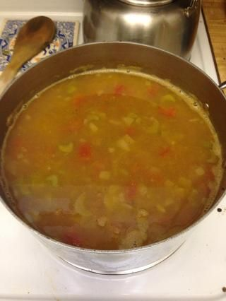 Deje que la sopa de cocinar por alrededor de una hora, hora y media, para que la sopa espese, y los sabores se funden y se convierten en concentrado. Usted puede cocinar a su grosor y sabor deseado.
