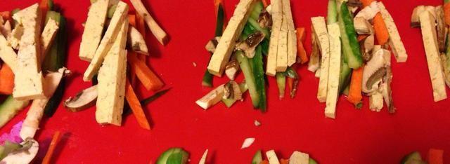 Esta foto contiene crudos tofu, pepinos y zanahorias. Hay muchas maneras de hacer rollitos de primavera. Sea creativo!