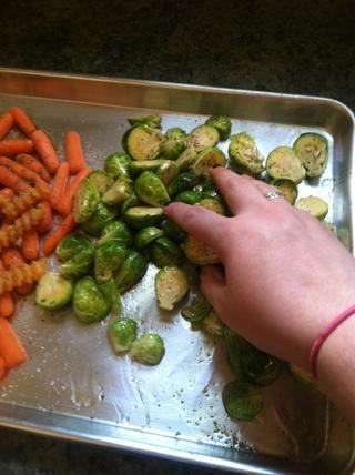 Asegúrese de tener las manos limpias, y mezcle las verduras con todos los condimentos y aceite de oliva con las manos! Asegúrese de mantener los brotes a un lado!