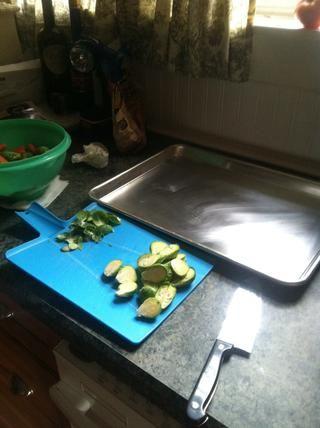 Coloque los brotes cortados en bandeja de horno.