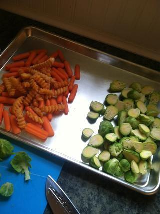 Las patatas que utilicé eran sazonada patatas fritas. Eso me ahorró unos pasos :) lugar todas las verduras en bandeja de horno. Asegúrese de hacer los brotes por sí mismos en un lado por lo que don't burn