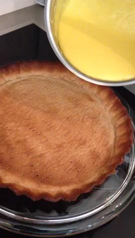 Saque la corteza toda de oro y verter su flan mientras que la corteza es muy caliente. Esto hace que la crema distribuyan de forma equilibrada. Dale un batido para igualar la licencia crema enfriar. Usted tiene su tarta de limón