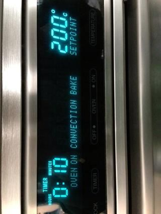 Ponga su corteza en el horno. Se precalienta el horneado por convección o simplemente en hornear si don't have a convection oven. Cook for 10 mins. In the meantime start whisking the egg yolks