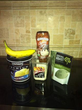 Usted necesitará 5 ingredientes: Francés helado de vainilla, nueces, endulzado coco rallado, plátano maduro y jarabe de chocolate.
