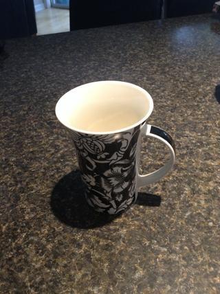 Mientras que la leche se calienta conseguir su taza.