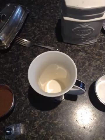 Agregue su cacao y azúcar en su taza