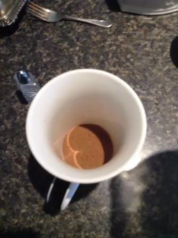 Añadir en una pequeña cantidad de leche o sólo lo suficiente para ayudar a disolver el cacao y el azúcar.