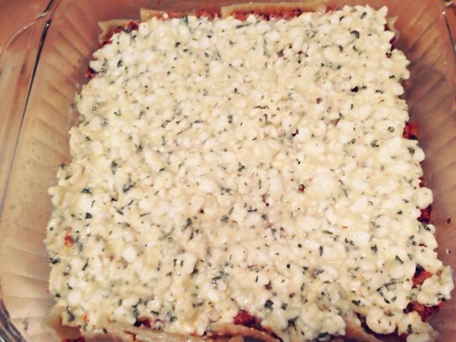 A continuación, agregue una capa de la mitad de la mezcla de queso cottage.