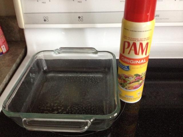 Rocíe una fuente para hornear con aceite en aerosol antiadherente
