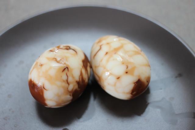 Y sus hermosos huevos de té están listos. Usted nunca va a pensar en huevos duros como aburrido de nuevo.